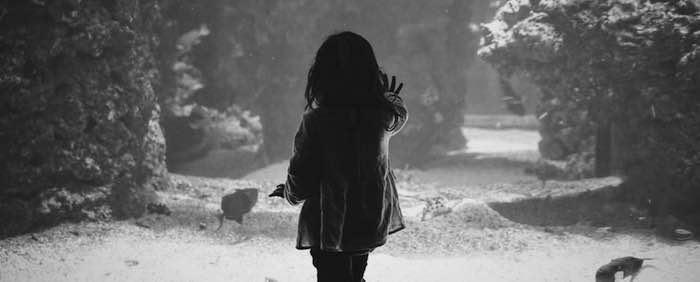 Ein Mädchen versucht sich in einer surreal-düsteren Welt zu orientieren.